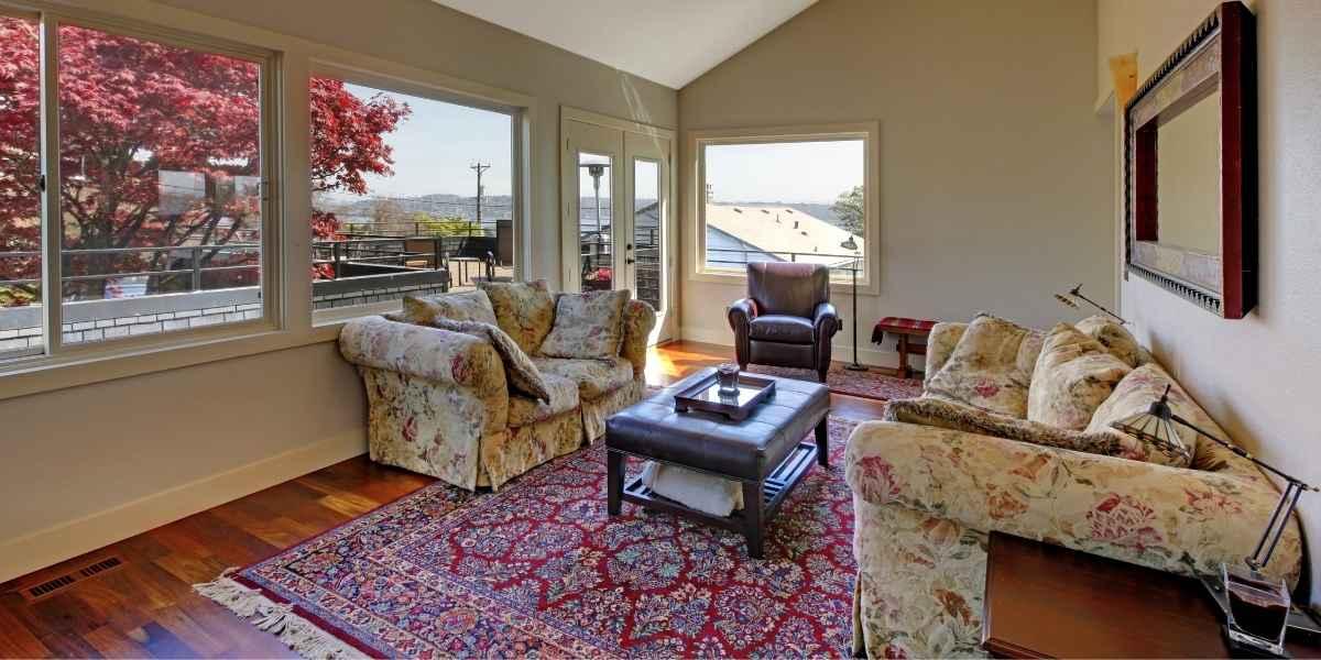 ספה ושטיח וחלונות עם נוף