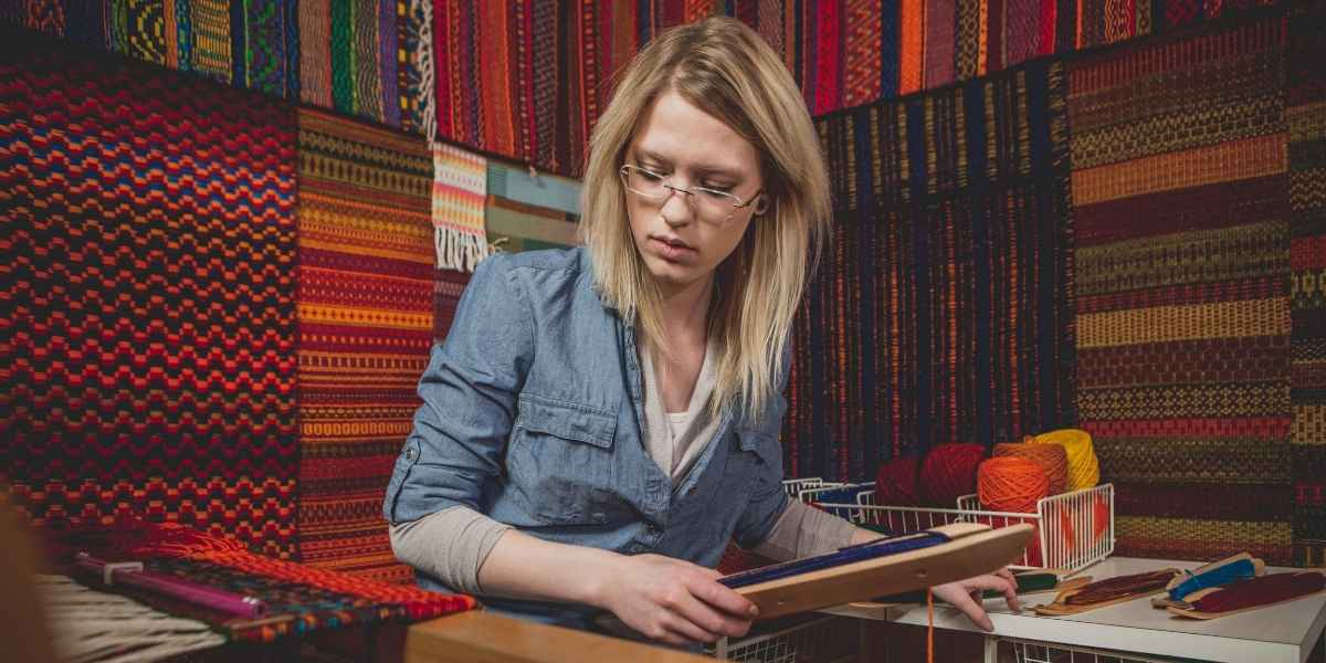 אישה מתקנת שטיח פרסי