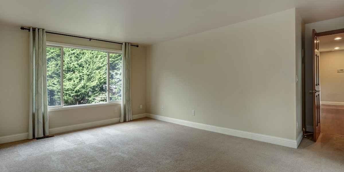 חדר עם שטיחים מקיר לקיר