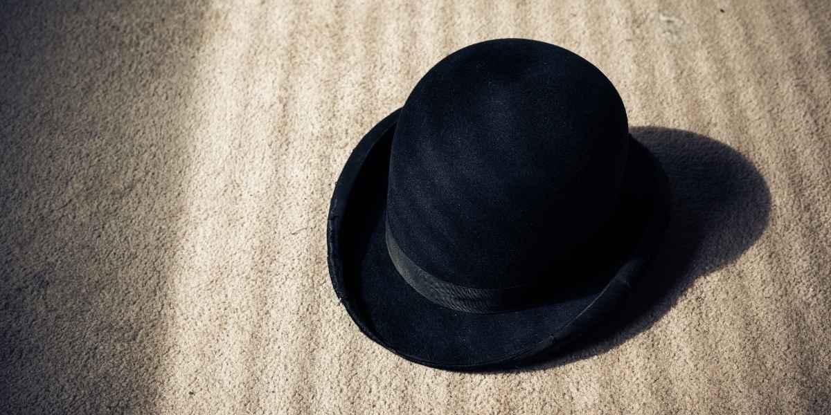 כובע מונח על שטיחים